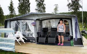 Gunilla Thuresson, gäst från Köping, framför husvagnen med utbyggnad. Foto: Helena Wedin/DT