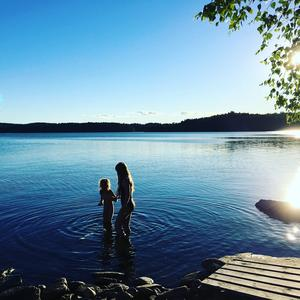 Kvällsdopp i solnedgång. Sjön Stora Färgen, Alingsås. Foto: Anna Schönfeldt