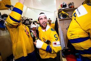 Erik Gustafsson festade med gipsad hand. Foto: Ludvig Thunman / Bildbyrån