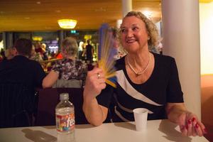 Monika Lindeberg pustar ut en stund. En solfjäder kommer väl till pass liksom vatten med vätskeersättningen Resorb, som ger lite välbehövliga salter.