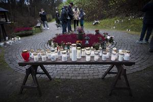 Redan mitt på dagen var det många ljus i minneslunden på Bydalens begravningsplats.