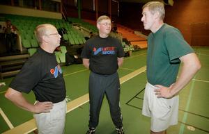 Hasse Widell som damcoach i Jämtland Basket. Här med kollegan Hans Lindqvist och dåvarande headcoachen i Jämtland, John Dieckelman.