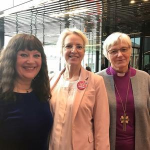 Hon engagerar sig  i Svenska kyrkan som ledamot i kyrkomötet för Strängnäs stift. Här ses hon med ordförande i kyrkomötet Karin Perers och Ärkebiskop Antje Jackelen.