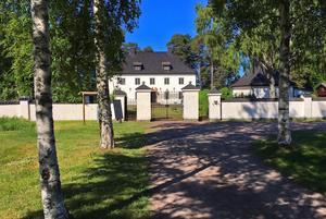 Hilda Pennington  Mellor  önskade sig en sommarbostad i Leksand, och fick Stenhuset i morgongåva av Axel Munthe. Hon tillbringade mest tid hemma i England, men tillbringade så gott som varje sommar i leksand.