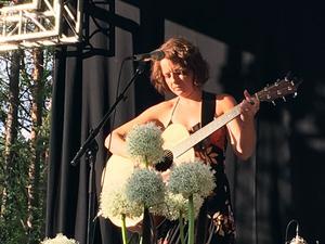 Heidi Baier var en av många artister som bidrog till en stämningsfull öppning av årets visfestival.