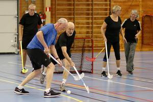 Anders Johansson och Mats Hellstrand i kamp om bollen. I bakgrunden syns Lennart Karlberg, Carina Hjelm och Inger Lindberg.