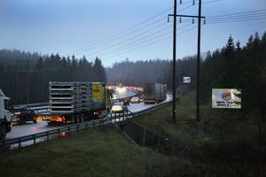 Det var en krock i höjd med Pershagen samt en bilbrand strax före avfarten till Järna som låg bakom köerna.