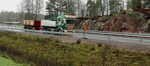 Nu tvingas lastbilarna sänka farten när de dundrar förbi Skyllberg.