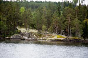 Skepparhällan är historisk mark och vida känt. Här finns rester av stenåldersboplatser samt en förmodad grav från samma period. Den djupa skåran i stenklippan sägs vara ett resultat av att Olav Haraldssons, senare helgonet S:t Olav, båtfärd. Olav som i tät dimma åkte in med sitt järnskodda skepp i stenhällen med sån kraft att den sprack.