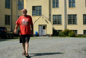 På gården utanför Bodaborg i Torpshammar väcks Kenit Ankarkronas ungdomsminnen till liv.
