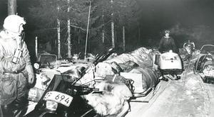 Fjällräddarna då de når Vallbo på lördagskvällen med de omkomna lastade på kälkar.
