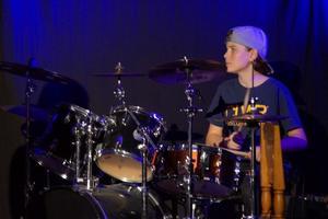 Gustav Helsing spelar trummor i High Five.