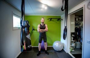 Jonas Andersson i sin egen träningslokal i källaren under villan i Hölö.