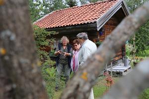 Med inlevelse berättar Kerstin Henriksson för Marianne och Thore Mattsson, Hallsta, om hur hon byggt upp skyddade odlingszoner i sin trädgård.