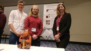 Fredrik Löfgren (i mitten) från Sifferbo har nyligen vunnit en robottävling på konferensen Human Robot Interaction, HRI 2018, i Chicago. Han flankeras här av kollegorna Sam Thellman och Sofia Thunberg från Linköpings universitet. Trion har utvecklat en robotälg som ska lära barn att skriva för hand.