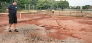 Någon eller några lämnade vattenslangarna på och båda grusbanorna har nu stora hål som måste fyllas igen. – Det måste vara ren vilja att förstöra, säger Conny Ahlberg, tennisklubbens ordförande.