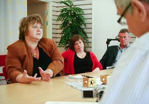 En decimerad ledningsgrupp för multiarenan mötte pressen på Valborg, sedan centerns två ledamöter uteblivit när det inte fanns något slutdokument klart.  På bilden syns från vänster AnnSofi Andersson (S), Karin Thomasson (MP) och projektledaren Bo Jonsson.