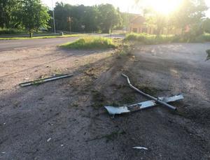 Enligt polisens vittnesmål gick bilfärden i upp mot 120 kilometer i timmen innan mannen tappade kontroll över bilen i en kurva och krockade med ett räckt och en lyktstolpe. Bild: Polisens förundersökning