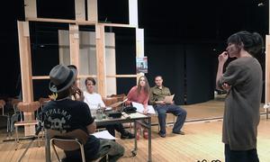 Natalie Ringler diskuterar en scen tillsammans med ensemblen.