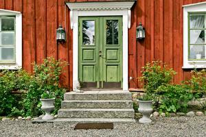 Foto: Karol Pustelnik. Huset på Förlunda 413 har en del gamla detaljer som handblåsta fönster.
