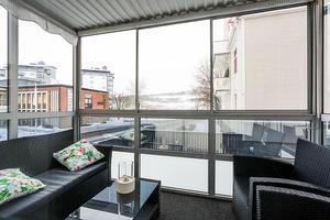 Den inglasade balkongen är cirka 6 kvadratmeter stor.Bild: Svensk Fastighetsförmedling Örnsköldsvik