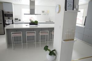 Efter Majas och Jonathans renovering är husets planlösning öppen och köket stort.