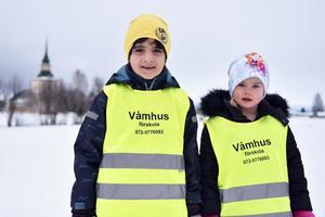 Mohamad Bakir och Agnes Engström med Våmhus kyrka i bakgrunden.