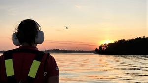 Bilden togs under sena måndagen när sökinsatsen med inriktning på livräddning fortfarande pågick. I förgrunden frivillig personal från Sjöräddningssällskapet, i bakgrunden över Mälaren Sjöfartsverkets helikopter. Foto: Gunnar Lindgren