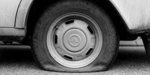 Totalt har sju bilar i närheten av varandra fått sina däck sönderskurna i centrala Kungsör i helgen. Bilden är en genrebild. Foto: TT.