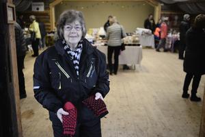 Eivor Lindén sålde bland annat de här vantarna i rött och svart garn.