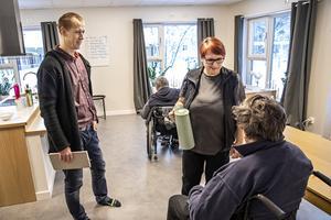 Enhetschef Daniel Jonsson och boendehandledare Snöfrid Eriksson ser fram emot att nu få arbeta i Sveriges modernaste gruppbostad. Hittills har två boende flyttat in.