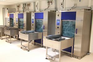Diskmaskinerna på sterilcentralen går på högvarv för att rengöra de verktyg som använts vid operationer både i Gävle och Stockholm.