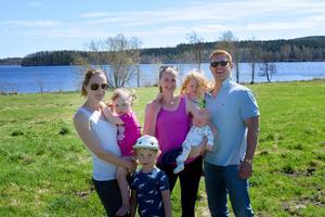 På grönområdet mellan villorna i Skönviksstrand och Ljustern vill barnfamiljerna gärna ha en lekplats i framtiden. Från vänster: Elin Martinsson med barnen Othilia och Theodor, Karin och Scott Gordon med barnen Astrid och Tor.