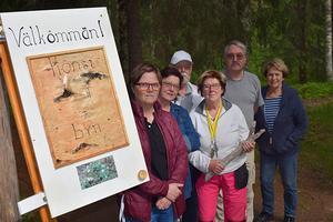 Några av utställarna hälsar välkommen till sommarutställningen på rastplatsområdet vid Fänforsen i Björbo.
