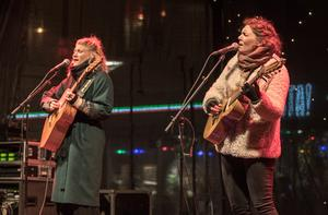 Ylva Eriksson och Hanna Enlöf spelade för första gången den nya singeln live.