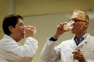 Dalarnas landshövding Ylva Thörn och mejerichef Staffan Eklöv provar den laktosfria mjölken som Grådö mejeri producerat.
