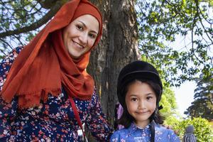 Fatemeh Tayebi tillsammans med dottern Motahhava Tayebi.