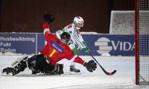 Martin Landström blev också tvåmålsskytt på tisdagskvällen. Här är han på väg att runda BS-målvakten, Max Bergström.