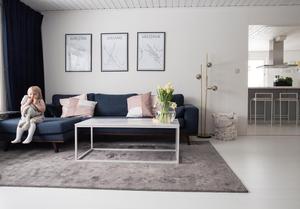 Över soffan i vardagsrummet hänger tavlor med familjemedlemmarnas födelseorter. Jonathans Karlstad, Majas och Filippas Leksand och Toves Västervik.