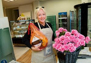 Med två nyanställda kommer Kerstin Wretman att erbjuda kunderna allt från skinka till blommor.