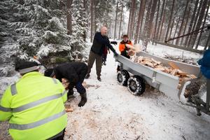 Medlemmarna i Riddarhyttans fiskevårdsförening har nu ordnat ved till grillplatserna vid Ljustjärn, Norstjärn och Tattartjärn.