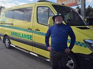 Jan Karegård är ambulanssjukvårdare i Fagersta och skyddsombud på arbetsplatsen för fackförbundet Kommunal. Han utbildar även sina kollegor i frågor som rör hot och våld på jobbet. Här står han vid en norsk ambulans under en tur till grannlandet.