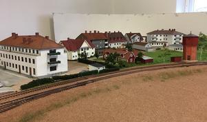 Vy över Rättviks samhälle med järnvägens vattentorn. Arbetet med modellanläggningen har pågått i flera år, och den färdiga banan kommer att ha cirka 400 meter spår och 125 växlar.