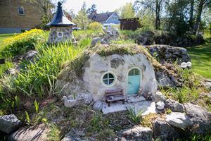 Tidigare stod det en sälg och var en svårskött rabatt. Men efter lite klurande formade tolkienfantasten Anders Regnander om stenen till ett hobbithus.