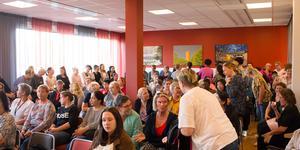 Det var fullsatt i mötesrummet när undersköterskorna slöt upp för att ställa politiker mot väggen.