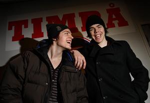 Anton Lander och Magnus Pääjärvi poserar glatt efter en vinst mot HV71 i februari 2008.