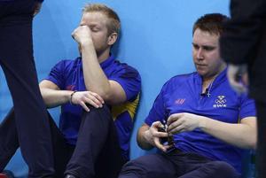 Niklas Edin och Fredrik Lindberg efter förlusten i bronsmatchen i OS 2010.