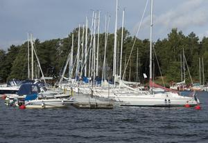 Männen hyrde en segelbåt och gav sig ut på internationellt vatten för att hämta smuggelcigaretter från en annan båt. Sedan satte de kurs mot Nynäshamn.