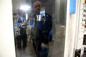 Delar av tillverkningen är automatiserad och många robotar kommer från Orsaföretaget Marab.