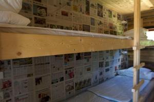 I ett av rummen pryder tidningar väggen.